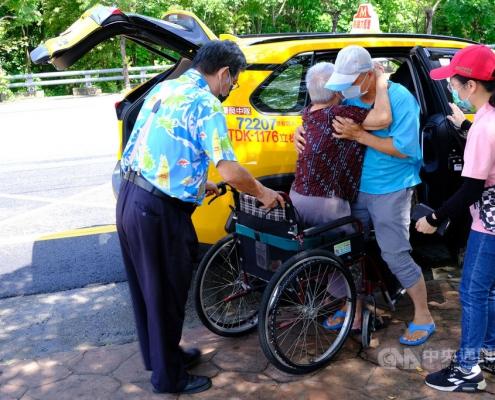 高雄市推出「熱血計程車」載送長者打疫苗